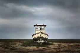 Bateau de pêche abandonné sur une remorque (Owaki Kulla) - Muzeo.com