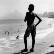 Brazil, Rio de Janeiro, Boy looking the beach (Pablo di Giulio) - Muzeo.com