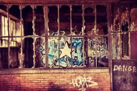 Dilapidated facade (Benoît Bacou) - Muzeo.com