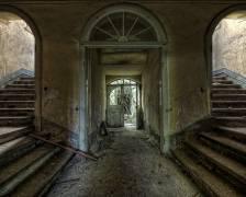 Entrance in an abandoned castle (Bautzen, Germany) (Andy Starflinger) - Muzeo.com