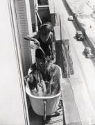 FAMILLE SE BAIGNANT SUR UN BALCON PARISIEN 1937 (KEYSTONE-FRANCE) - Muzeo.com