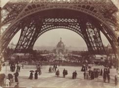 Au pied de la Tour Eiffel (Neurdein Frères) - Muzeo.com