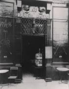 Au Réveil Matin, rue Amelot, 11th Arrondissement (Eugène Atget) - Muzeo.com